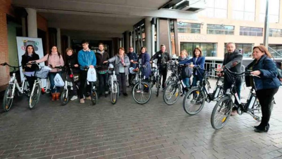 Trabajadores del Ayuntamiento de Gavà con su bici eléctrica.