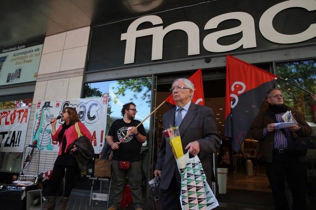 Trabajadores del Fnac manifestándose frente a las puertas del edificio, durante la diada de Sant Jordi.