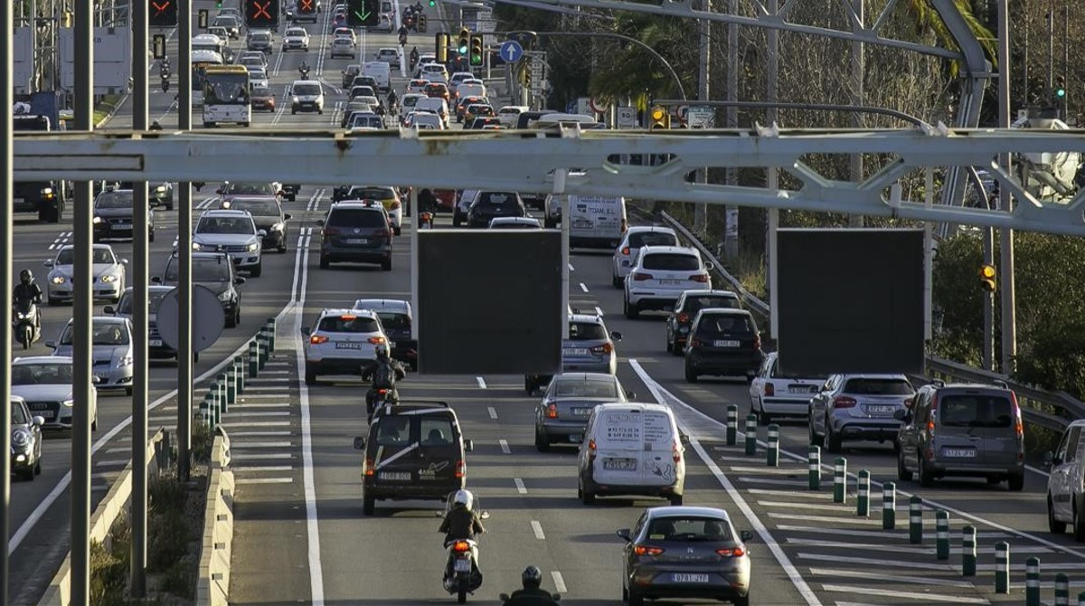 Tráfico de coches y camiones en una imagen de archivo.