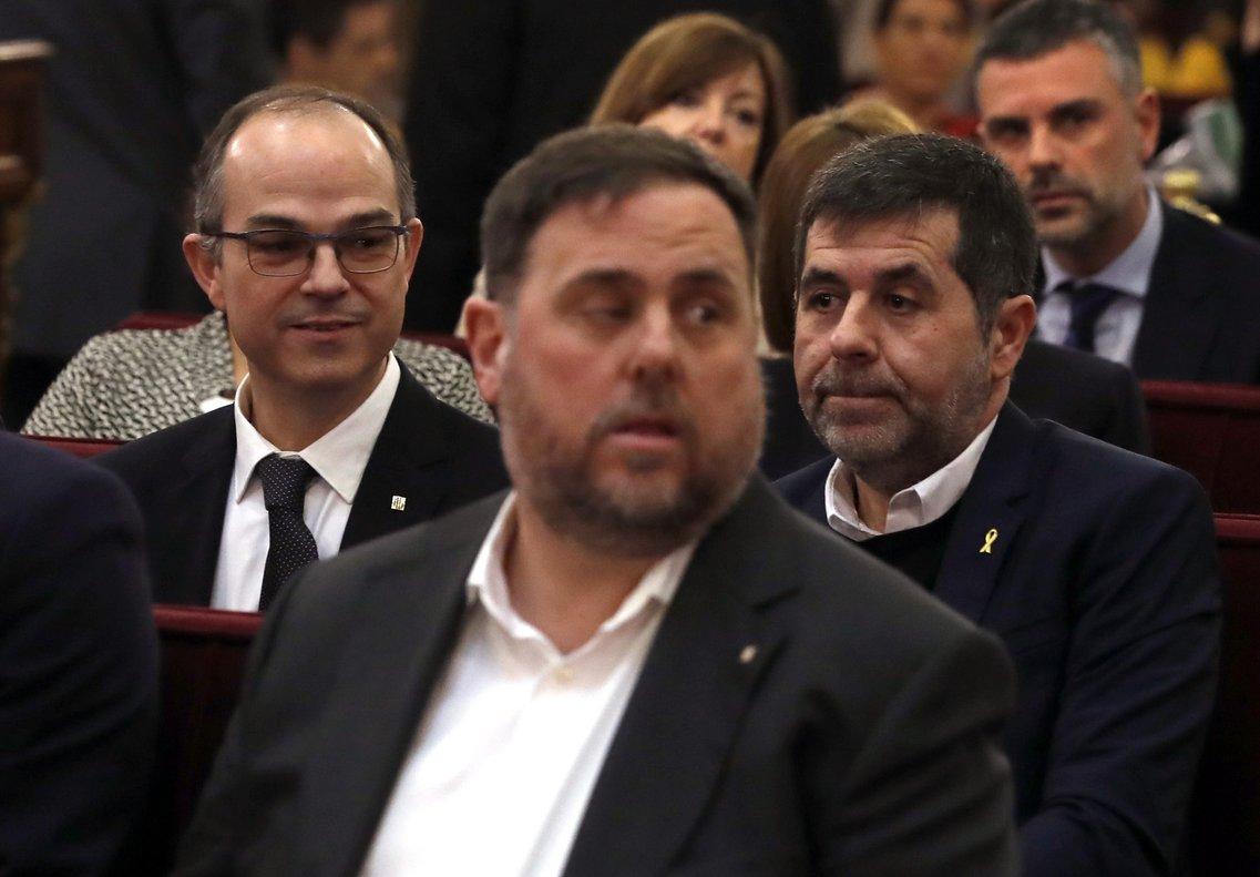 GRAF5744 MADRID, 12/02/2019.- El exvicepresidente de la Generalitat, Oriol Junqueras (c), junto al exconsejero de Presidencia, Jordi Turull (i), y el expresidente de la Asamblea Nacional Catalana (ANC), Jordi Sánchez (d), y el resto de los líderes independentistas acusados por el proceso soberanista catalán que derivó en la celebración del 1-O y la declaración unilateral de independencia de Cataluña (DUI), en el banquillo del Tribunal Supremo al inicio del juicio del procés. EFE/J.J.Guillén ***POOL***