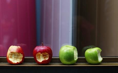 Unas manzanas mordidas en tributo a Steve Jobs colacadas frente a la Apple Store de Londres(Reino Unido).