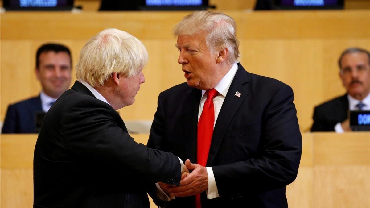 Trump saluda a Boris Johnson, entonces ministro de Exteriores, en el 2017 en Nueva York.