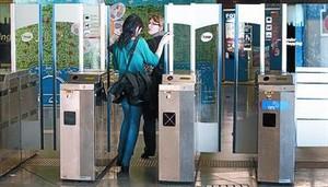 Una noia aprofita lobertura de portes per colar-se a la parada de metro dUniversitat, el 23 de març.