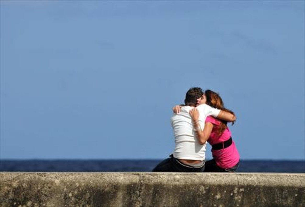 Una pareja, frente al mar.