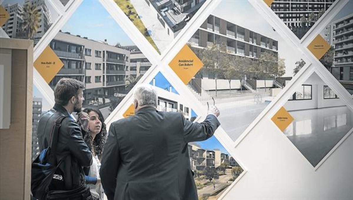Una pareja se informa sobre una promociónde viviendas en el Barcelona Meeting Point.