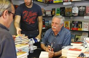 El periodista Antonio Pérez Henares, firmando sus obras en la última Feria del Libro.