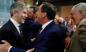 Fernando Grande-Marlaskasaluda a José Bono en la toma de posesión de los nuevos directores generales.