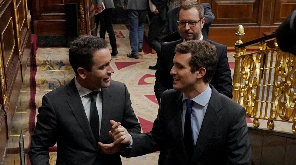Pablo Casado (derecha) habla con su secretario general, Teodoro García Egea, y les sigue el vicesecretario de Organización, Javier Maroto.