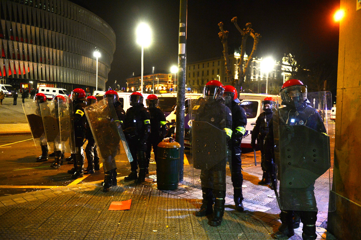 Unos agentes de la Ertzaintza hacen guardia en los aledaños de San Mamés.