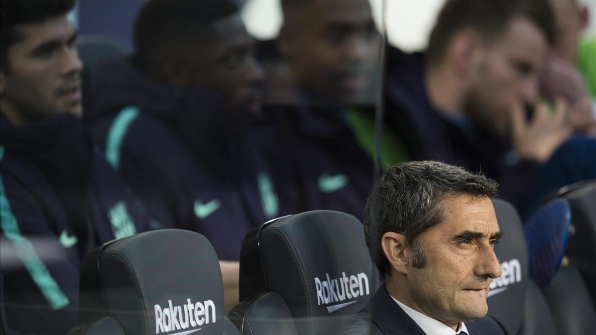 Valverde, delante de los suplentes de ayer.