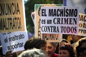 Varias pancartas contra la violencia machista en una manifestación enMadrid.