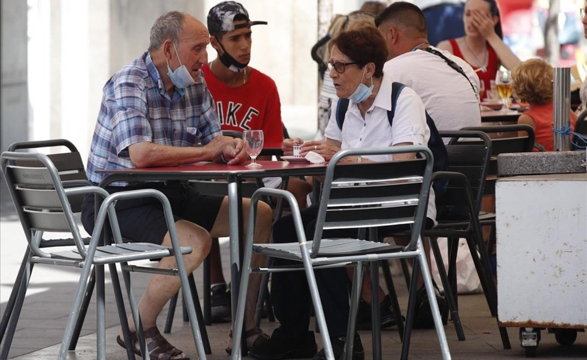 Varias personas en una terraza en el barrio de La Torrassa de L'Hospitalet de Llobregat.
