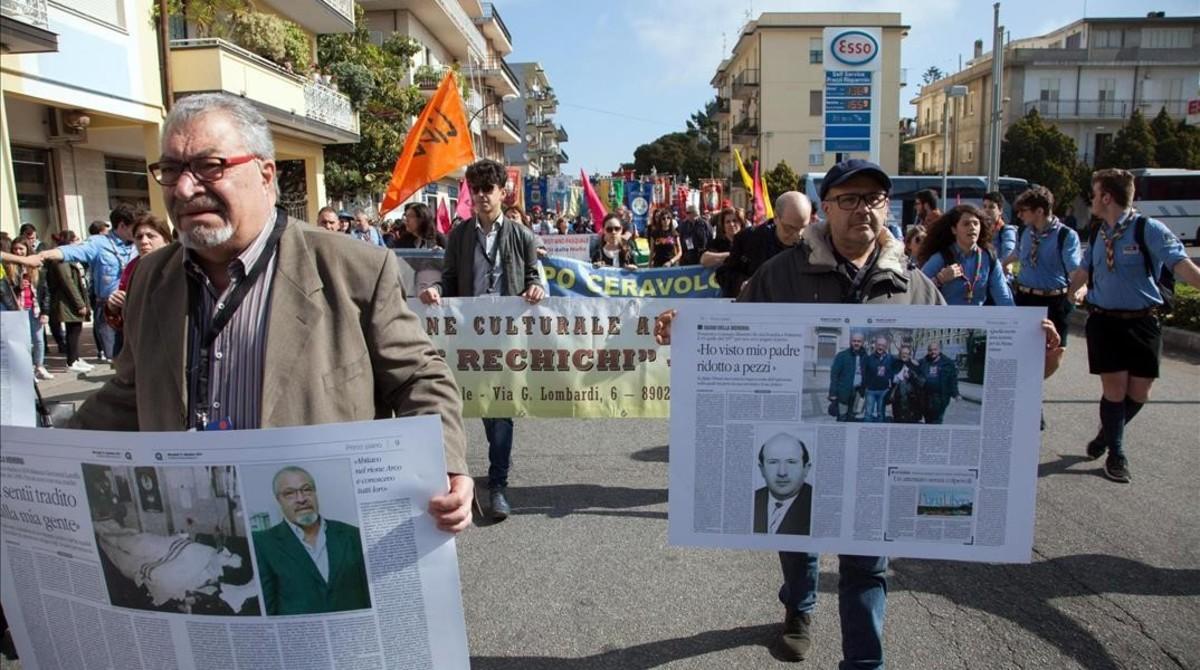 Varios manifestantes con pancartas contra la mafia, en Locri (Italia), el 21 de marzo.