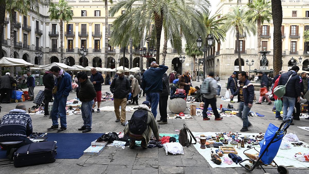 La presencia de una patrulla de la Guardia Urbana este domingo ha impedido que se instalara una semana más el'mercado de la miseria' en la plaza Reial.