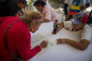 Simpatizantes de Nicolas Maduro participan en una recoleccion de firmas en Caracas.