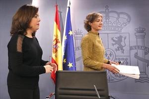 Soraya Sáenz de Santamaría, vicepresidenta en funciones, e Isabel García Tejerina, ministra de Agricultura en funciones, el pasado mes de enero en la Moncloa.