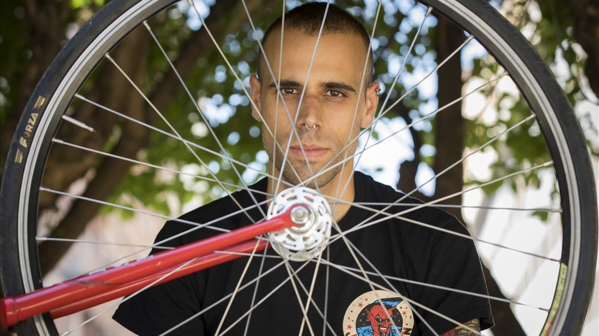 Víctor Sánchez, rider que ha ganado una demanda contra Deliveroo.