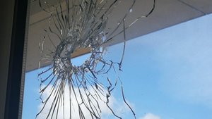 Primer plano del cristal que recibió el impacto de unabala en una escuela de Avinyonet del Penedès