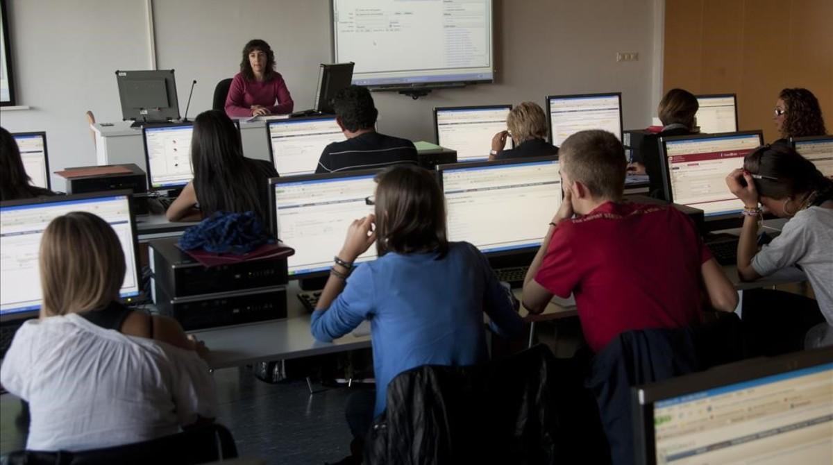 Una profesora da clase en la UniversidadRovira i Virgili de Tarragona.