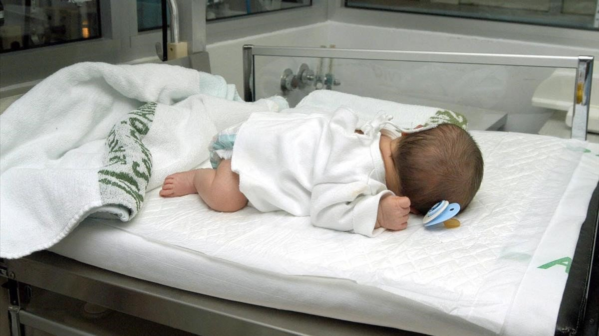 Bebé en un hospital.