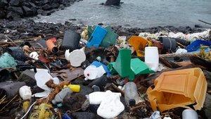 Plásticos en una playa de las islas Azores.