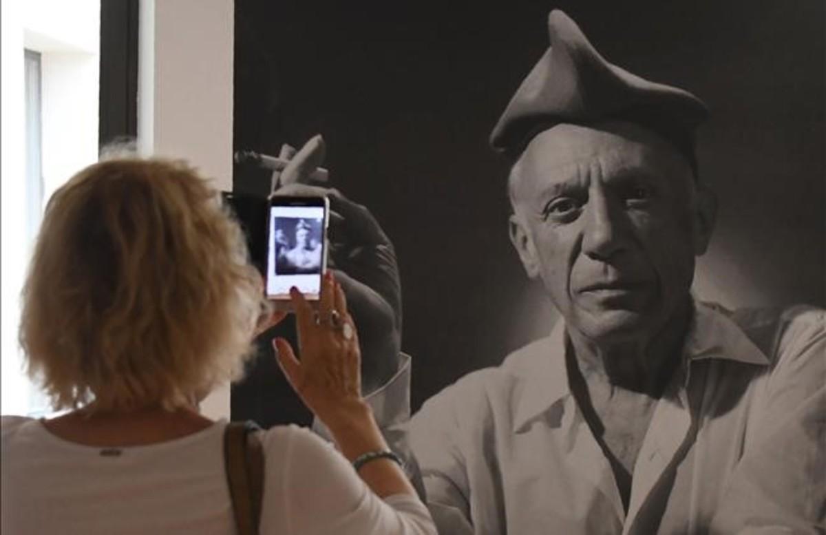 Una visitante fotografía la imagen de Picasso con barretina en la muestra que elMusée dArt Hyacinthe Rigaud de Perpinyà le dedica.