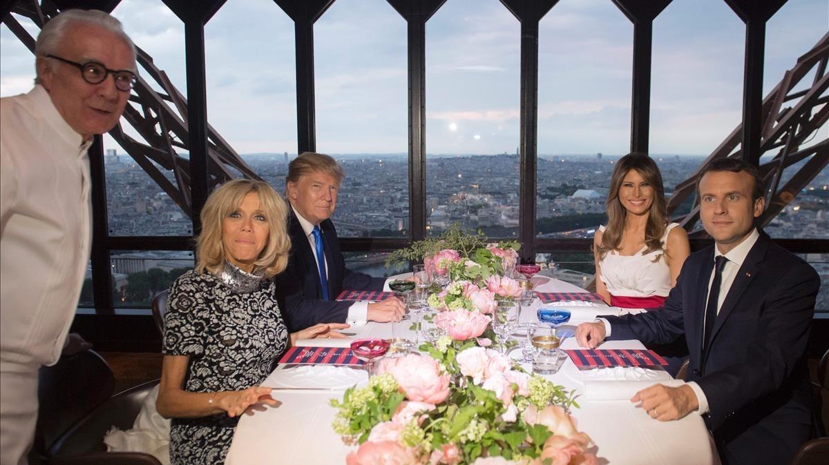 Alain Ducasse, con los matriumonios Macron y Trump, en el restaurante de la Torre Eiffel Jules Verne, en el 2017.