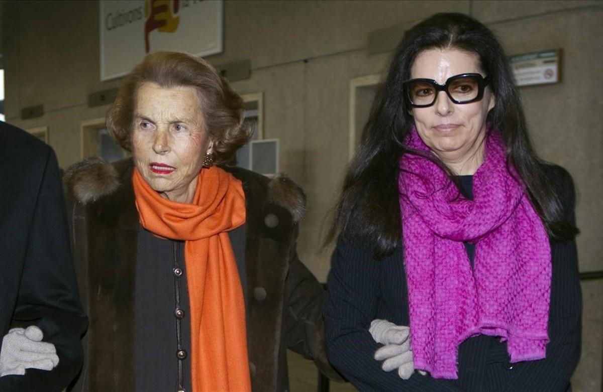 Liliane Bettencourt, junto a su hija y heredera, Françoise Bettencourt-Meyers, en una fotografía del 2011.