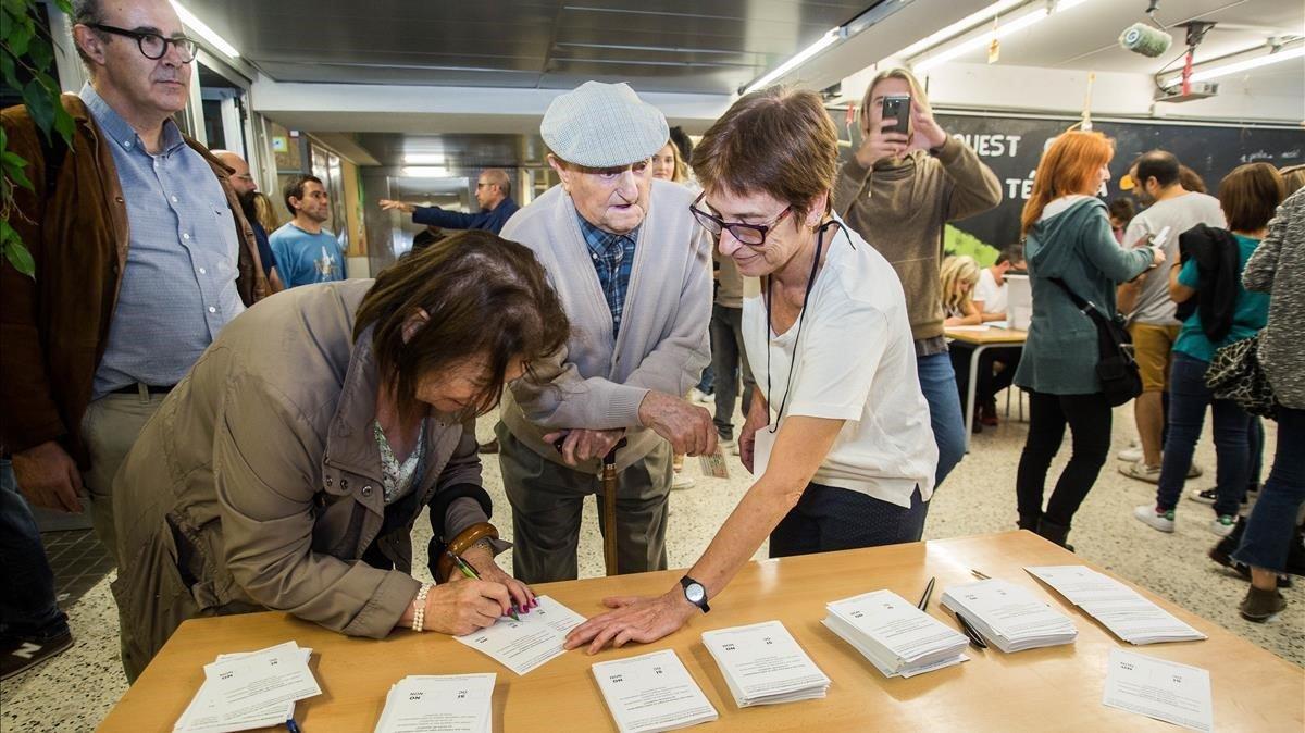 La inexistente República Catalana  >>>> Réquiem por el 1 de octubre Zentauroepp40369553-sabadell-referendum-octubre-ambiente-gente-votando-anci180929175009-1538236420183
