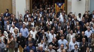 Alcaldes independentistas en el pleno del Parlament en el que se declaró la DUI.