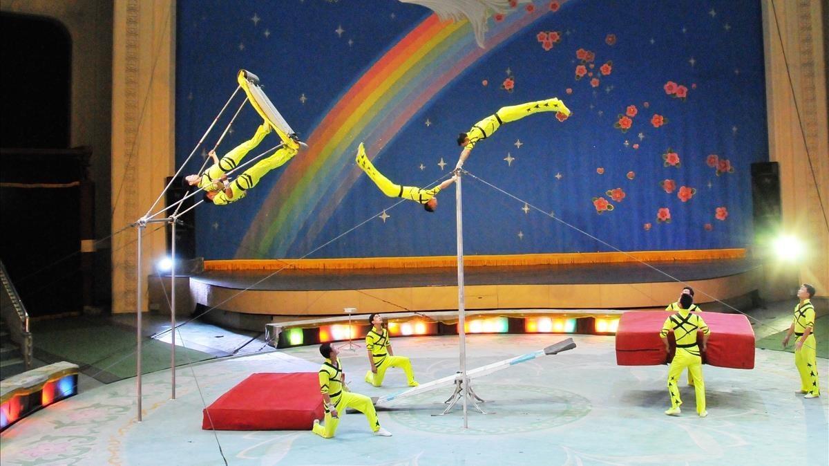 Uno de los números premiados dela companyia corana del Circo Nacional de Pyongyang que combina balanza rusa, báscula y barra fija.