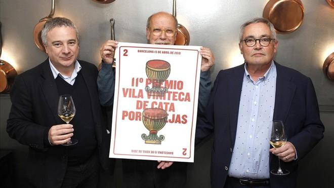 Quim Vila (izquierda), el diseñador Claret Serrahima con el cartel de la convocatoria y Siscu Martí.