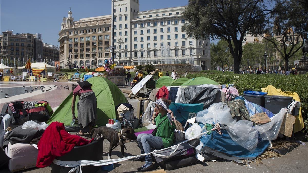 Acampada de personas sin hogar en la plaza de Catalunya, a seis días de Sant Jordi.