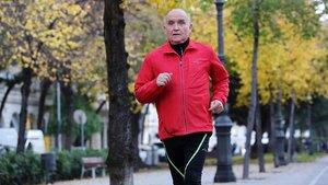 Miquel Pucurull,que el dia 3 cumplió 80 anos, corre en la avenida de la Diagonal, cerca de Francesc Macià.