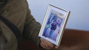 Michel muestra una fotografiade Anilo Viterbo tomada en Barcelona antes de su asesinato