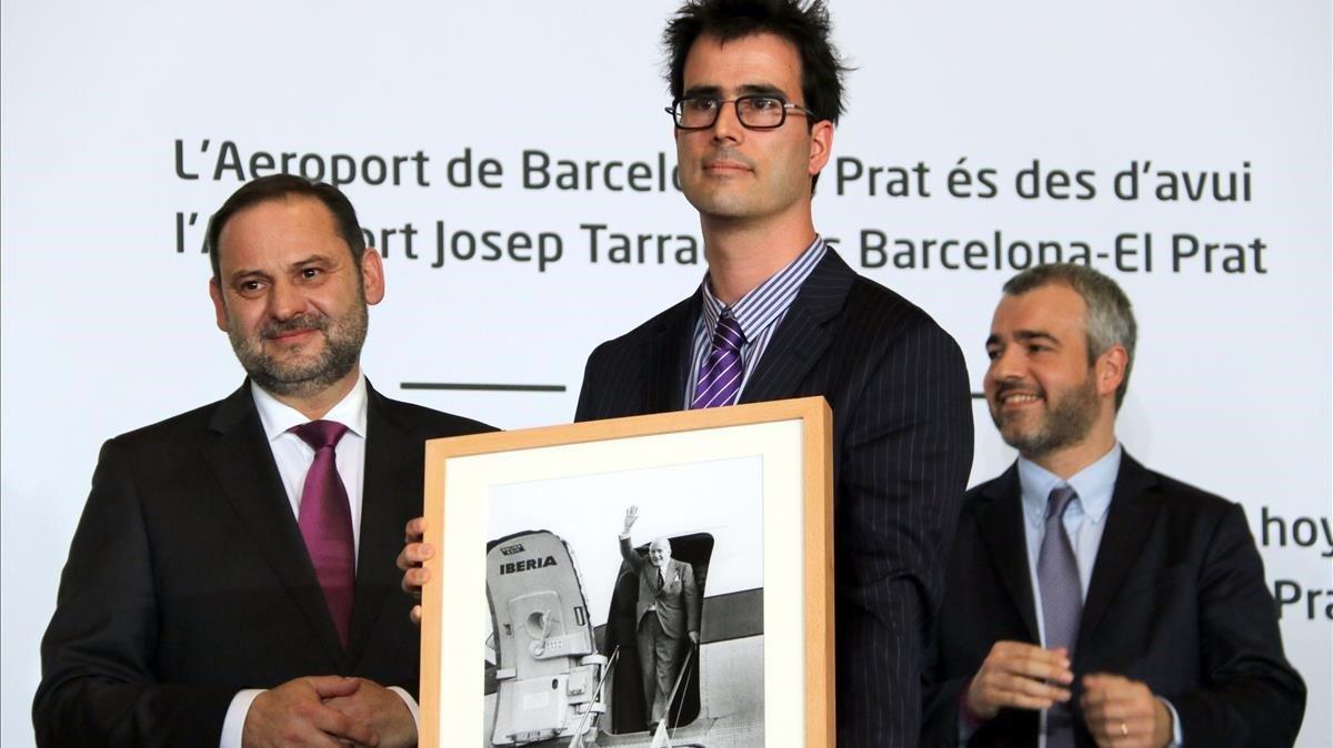 Un sobrino de Josep Tarradellas recibe una foto conmemorativa de la llegada del president a Barcelona.