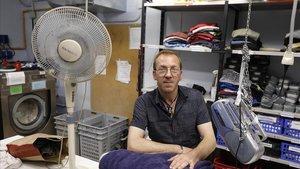 Davide Andreoli, que pasó ocho años viviendo en la calle, en el ropero de la fundación Arrels, la semana pasada.