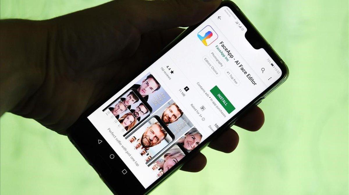 La aplicación FaceApp, en la pantalla de un teléfono inteligente.