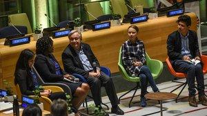 El secretario general de la ONU, Antonio Guterres, escucha a los jóvenes activistas climáticos Komal Karishma Kumar, Wanjuhi Njoroge, Greta Thunberg y Bruno Rodríguez en la primera Cumbre Juvenil del Clima.