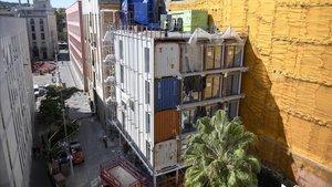 Bloque de viviendas de protecciÓn oficial fabricadas con contenedores en el número 8 de la calle Nou de Sant Francesc de Barcelona.