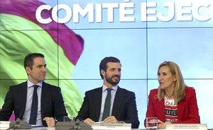 Pablo Casado, presidente del PP, en el centro, entre Ana Beltrán, vicesecretaria de Organización, y Teodoro García Egea, secretario general.