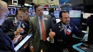Operadores del mercado de Nueva York, en la apertura de este miércoles.