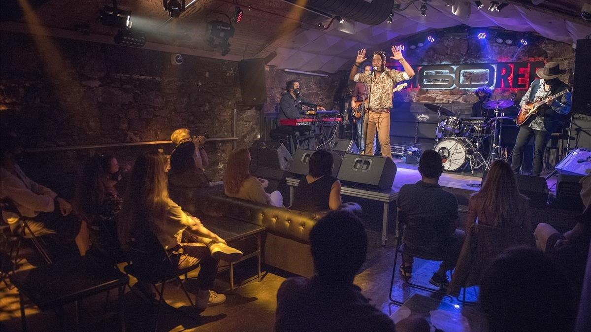 Momento del concierto de Clarence Bekker, este jueves en la sala Jamboree de Barcelona, con medidas de seguridad por el coronavirus.