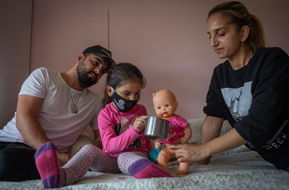 Rocío Perez, junto a su marido y su hija, debeafrontar el desalojo del piso donde vive de ocupala semana que viene.