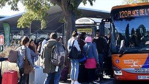 Ciudadanos de Montpellier suben a un autobús.