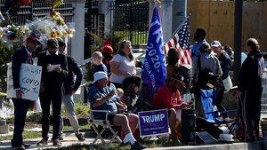 Els seguidors de Trump, davant l'hospital: «És un guerrer, se'n sortirà»