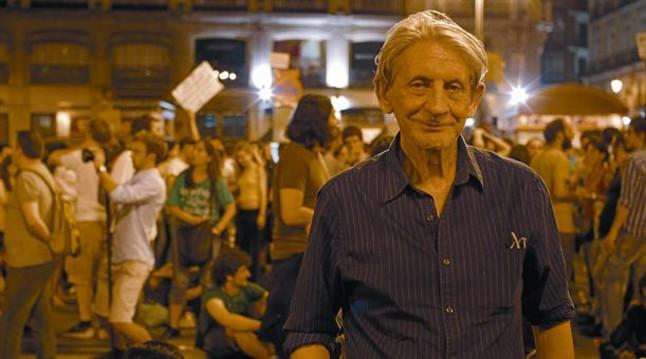 Director comprometido 8 Basilio Martín Patino, junto a los indignados del documental Libre te quiero, presentado ayer en Valladolid.