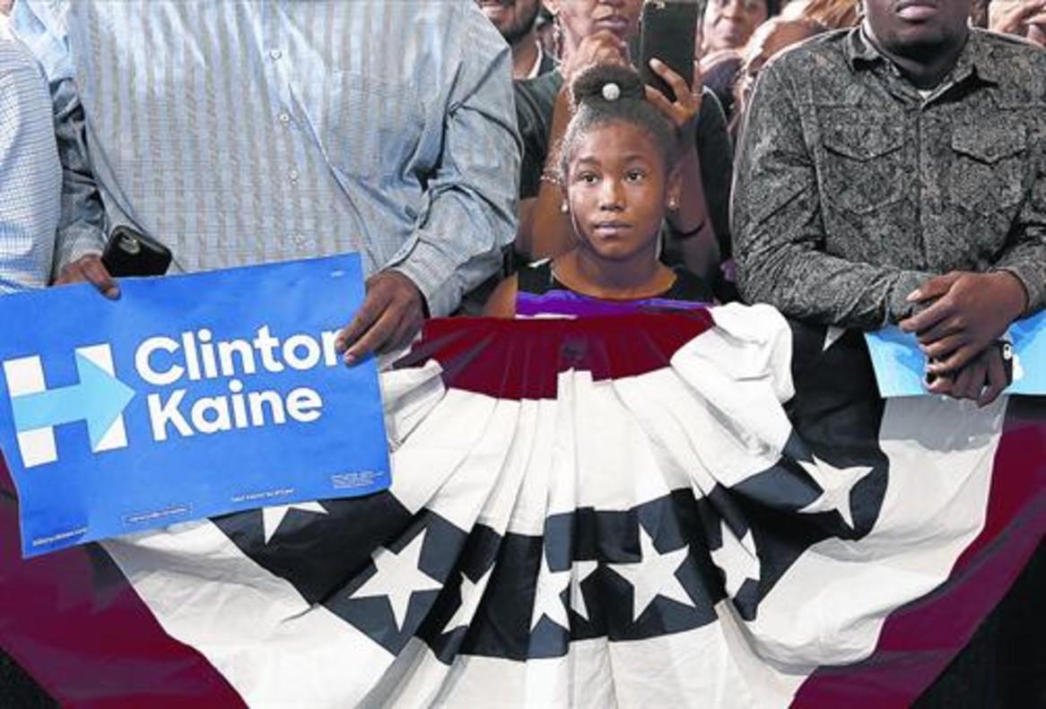 Una niña escucha un discurso de<br/>Obama durante un acto demócrata<br/>de la pasada semana en Miami.