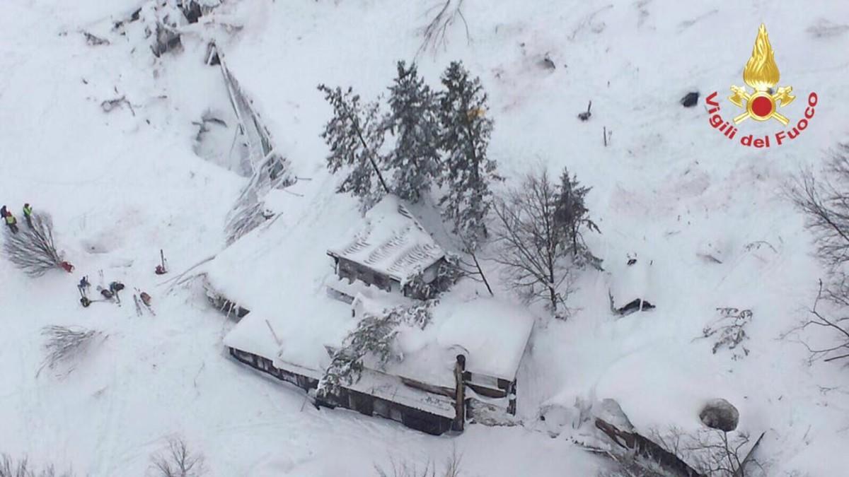 Imagen aérea del hotel Rigopiano, en Farindola (Abruzos) tras la avalancha, el 19 de enero.