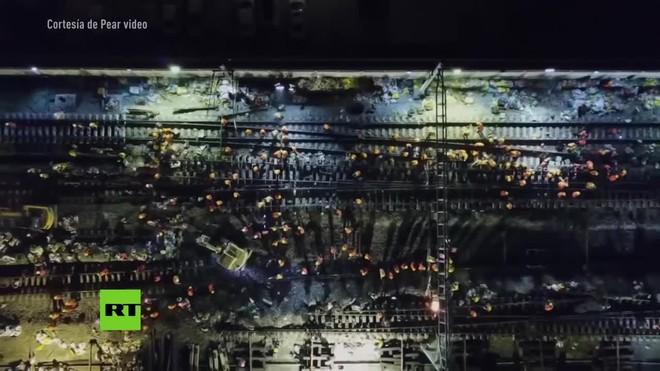 1.500 chinos construyen las vías de una estacion de trenen solo 9 horas.